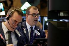 Operadores trabajando en la bolsa de Wall Street en Nueva York, mar 30, 2017. Las acciones en Wall Street cayeron el lunes por un decepcionante reporte de ventas de autos en Estados Unidos y dudas de los inversores sobre la capacidad del Gobierno del presidente Donald Trump para sacar adelante los planes de estímulo económico que ha prometido.    REUTERS/Brendan McDermid