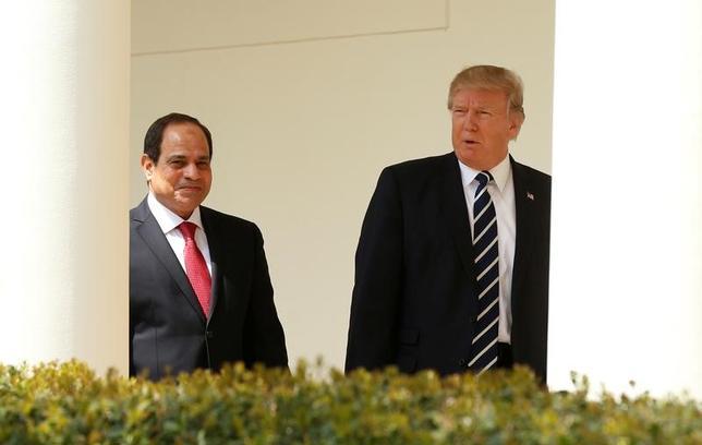 4月3日、トランプ米大統領(写真右)は、 ワシントンでエジプトのシシ大統領(左)と会談し、過激派組織「イスラム国」との戦いで協力していくことで一致した。(2017年 ロイター/Kevin Lamarque)