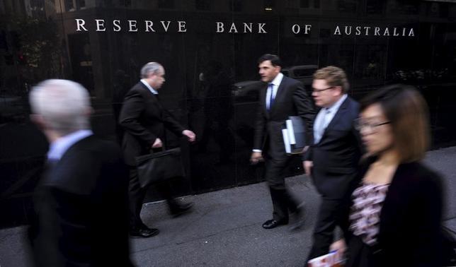4月4日、オーストラリア準備銀行(RBA、中央銀行)は4日、政策金利のオフィシャルキャッシュレートを過去最低の1.50%に据え置くことを決定した。写真は同行前を歩く人々。シドニーで2015年5月撮影(2017年 ロイター/Jason Reed)