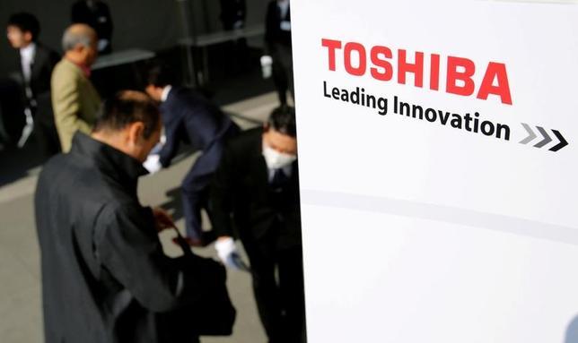 4月4日、経営再建中の東芝は取引金融機関向けの会合を開き、追加融資枠の設定を要請した。写真は3月30日の東芝株主総会に集まる株主(2017年 ロイター/Toru Hanai)