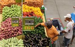 Consumidores compran en un mercado de Sao Paulo, Brasil. 11 de enero 2017.Los precios al consumidor en Sao Paulo, la ciudad más poblada de Brasil, subieron 0,14 por ciento en marzo, frente al declive de 0,08 por ciento en febrero, de acuerdo al índice IPC-FIPE publicado el martes. REUTERS/Paulo Whitaker - RTX2YJ4T