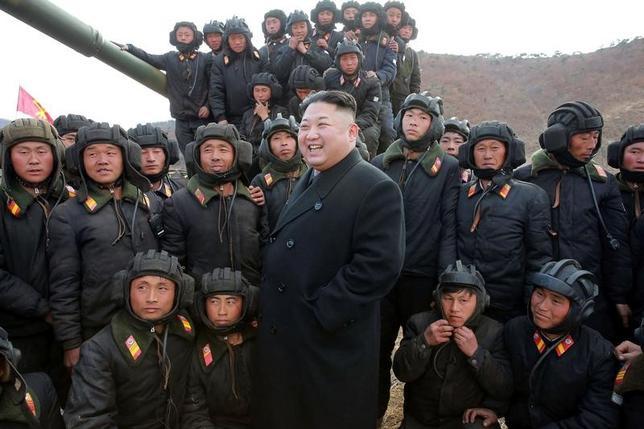 4月5日、韓国軍は、北朝鮮が同日、弾道ミサイルを東岸から海に向けて発射したと発表した。写真は北朝鮮の最高指導者、金正恩・朝鮮労働党委員長。提供写真(2017年 ロイター/KCNA/via REUTERS)