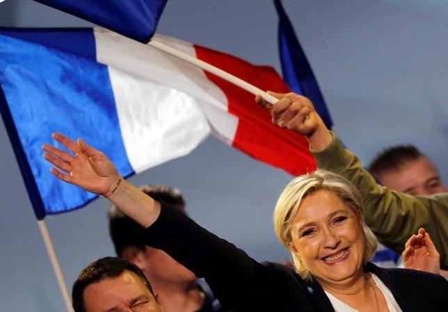 4月3日、フランスの銀行は、4月の同国大統領選で極右政党・国民戦線のルペン党首(写真)が予想以上に善戦し、信用収縮や取り付け騒ぎなどの波乱に見舞われるリスクを想定した準備を迫られている。ボルドーで2日撮影(2017年 ロイター/Regis Duvignau)