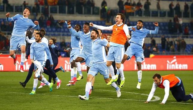 4月4日、サッカーのイタリア・カップは準決勝の第2戦を行い、ラツィオとローマのダービーはラツィオが2─3で敗れたものの、2戦合計4─3でラツィオが決勝に進んだ。写真は勝利を喜ぶラツィオの選手たち(2017年 ロイター/Tony Gentile)
