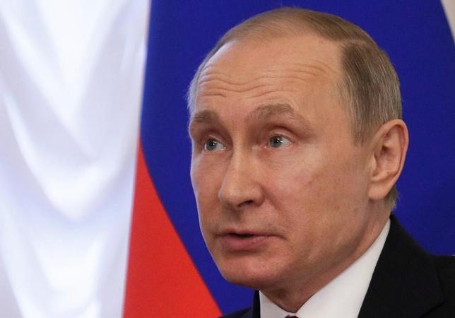 4月4日、ロシアのプーチン大統領(写真)は、メルケル独首相、オランド仏大統領と電話会談し、テロ対策を目的とした情報共有の動きを加速することで一致した。サンクトペテルブルクで4日代表撮影(2017年 ロイター)