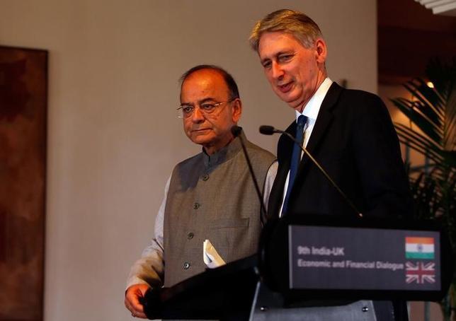 4月4日、英国のハモンド財務相(写真右)とインドのジャイトリー財務相(左)は、英国の欧州連合(EU)離脱に備え会談し、新たな貿易関係を発展させる考えを表明した。写真は共同会見に臨む両財務相。ニューデリーで撮影(2017年 ロイター/Altaf Hussain)