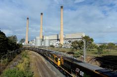 IMAGEN DE ARCHIVO: Un tren cargado con carbón deja la Estación Gladstone, Queensland, Australia. 17 de julio 2013. BHP Billiton, el mayor transportista mundial de carbón de coque, dijo el miércoles que no cumplirá con sus compromisos de exportación desde el noreste de Australia, donde un ciclón produjo inundaciones que amenazan con retrasar las reparaciones de las líneas ferroviarias. AAP/Dan Peled/via REUTERS