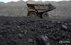 """En la imagen de archivo, un camión en el exterior de una mina de Carbón en Rock Springs, Wyoming, Estados Unidos. 4 de abril de 2017. Cuando el presidente Donald Trump firmó un decreto la semana pasada para barrer las regulaciones sobre cambio climático de la era Obama, dijo que acabaría con la """"guerra contra el carbón"""" en Estados Unidos y llevaría a una nueva era de producción de energía en la que los trabajadores regresarían a las minas.  REUTERS/Jim Urquhart"""