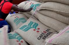 Trabajadores cargan sacos de 60 kilos de café a un contenedor en el puerto de Santos en Brasil. 10 de diciembre de 2015.  La agencia gubernamental de cosechas de Brasil vendió los 3.733 sacos de café arábiga de suministros del gobierno, en una subasta realizada el miércoles que agotó los inventarios públicos por primera vez en al menos 10 años.  REUTERS/Paulo Whitaker
