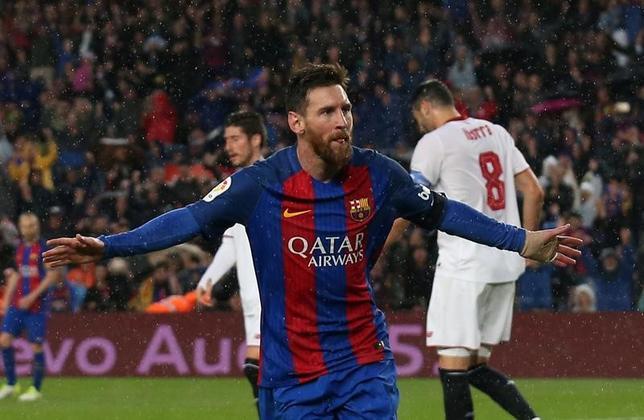 4月5日、サッカーのスペイン1部、バルセロナはリオネル・メッシ(中央)の2得点などで、セビリアに3─0と圧勝した(2017年 ロイター/Albert Gea)