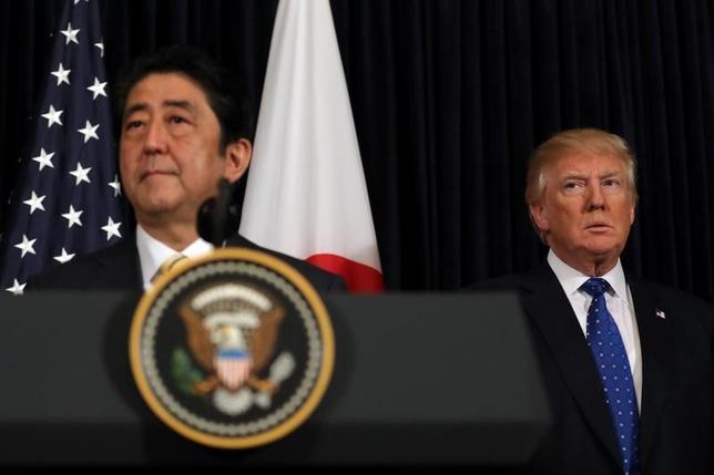 4月6日、日米両首脳は、北朝鮮による前日の弾道ミサイル発射を受けて電話で会談した。2月に米フロリダで撮影(2017年 ロイター/Carlos Barria)