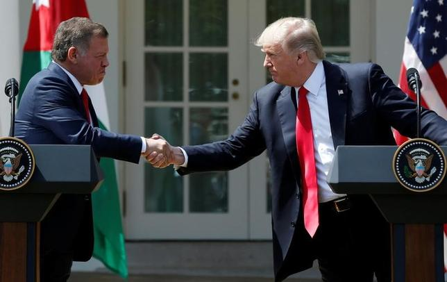 4月5日、ヨルダンのアブドラ国王(写真左)は、トランプ米大統領(写真右)がイスラエルとパレスチナの和平問題に就任直後から取り組んでいることに歓迎の意を示した。写真はワシントンのホワイトハウスで撮影(2017年 ロイター/Yuri Gripas)