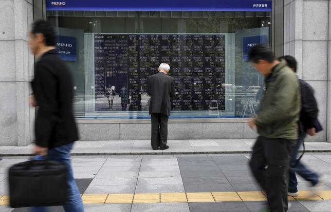 4月6日、新年度入り後も日本株の下げが止まらない。写真は株価ボードを眺める男性、都内で昨年4月撮影(2017年 ロイター/Toru Hanai)