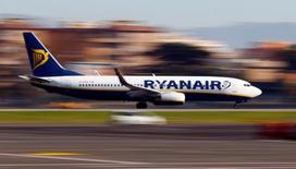 En la foto, un avión de Ryanair aterriza en el aeropuerto de Ciampino en Roma el 24 de diciembre de 2016. Ryanair, la principal aerolínea europea por número de pasajeros, tiene previsto que su crecimiento se centre fuera de Reino Unido en los próximos dos años, en los que el país negociará su salida de la Unión Europea, dijo el jueves el director financiero de la compañía.   REUTERS/Tony Gentile
