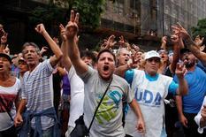 IMAGEN DE ARCHIVO: Manifestantes protestan por mejoras salariales en Buenos Aires, Argentina. 07/03/2017.La principal central sindical de Argentina inició el jueves su primera huelga general contra el presidente Mauricio Macri, al que acusa de limitar los aumentos de sueldos en medio de una alta inflación y de promover un ajuste de la economía que perjudica a los trabajadores. REUTERS/Martin Acosta