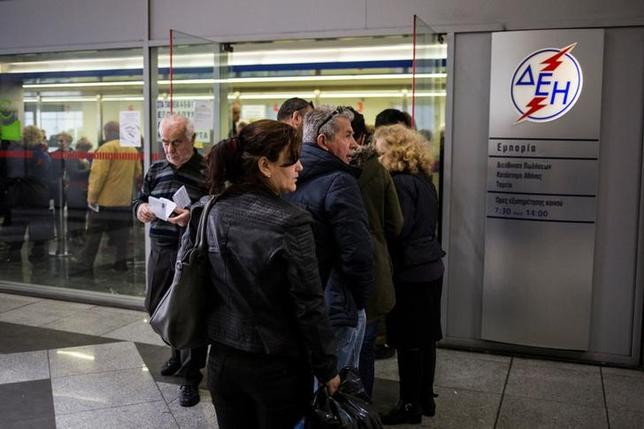 People line up to pay their electricity bills at a Public Power Corporation (PPC) branch in Athens, Greece, March 17, 2017. Picture taken March 17, 2017. REUTERS/Alkis Konstantinidis