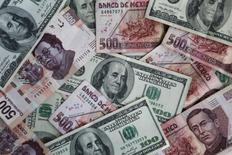 Pesos mexicanos y dólares en una ilustración fotográfica, nov 3, 2016. Las principales monedas latinoamericanas muestran mayores probabilidades de mantenerse firmes en los próximos meses en comparación con lo que era la percepción en marzo, pero siguen vulnerables a un incremento de la volatilidad externa, de acuerdo con un sondeo de Reuters publicado el jueves.  REUTERS/Edgard Garrido