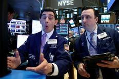 Operadores en el parqué de la Bolsa de Nueva York. 4 de abril de 2017. Los principales índices bursátiles de Wall Street cerraron el jueves con una leve alza, pero lejos de sus máximos de la sesión porque los inversores esperaban nerviosos el resultado de una reunión entre los presidentes de Estados Unidos y China, Donald Trump y Xi Jinping, respectivamente. REUTERS/Brendan McDermid