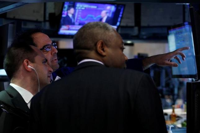 4月6日、米国株式市場は、小幅反発で引けた。エネルギー株が原油高を背景に上昇したほか、最近低迷していた金融株が買い戻された。NYSEで先月30日撮影(2017年 ロイター/Brendan McDermid)