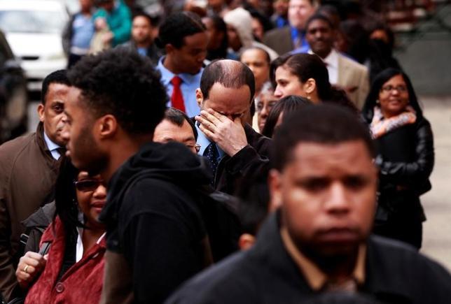 4月6日、米労働省が発表した1日までの週の新規失業保険申請件数(季節調整済み)は前週比2万5000件減の23万4000件で、約2年ぶりの大幅な減少だった。写真は職を求める人々。NY市で2012年4月撮影(2017年 ロイター/Lucas Jackson)