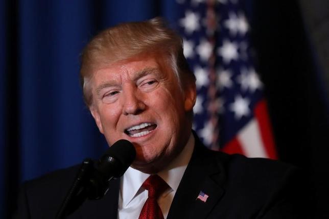 4月6日、米ホワイトハウスは、トランプ大統領が米配車アプリ大手リフトの幹部、デレク・カン氏を運輸次官に指名すると発表した。写真はフロリダ州パームビーチで撮影(2017年 ロイター/Carlos Barria)