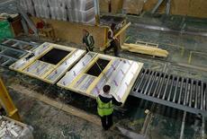 En la imagen, unos trabajadores en una fábrica en Birrmingham, Reino Unido. 22 de febrero de 2017. La producción industrial británica cayó inesperadamente en febrero y los manufactureros enfrentaron dificultades, según datos oficiales divulgados el viernes que se suman a las señales de que el crecimiento económico podría haberse ralentizado cuando Reino Unido se prepara para abandonar la Unión Europea.REUTERS/Darren Staples