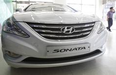 Автомобиль Hyundai Sonata в дилерском центре в Сеуле. 1 сентября 2011 года. Hyundai Motor Co и Kia Motors Corp объявили в пятницу, что планируют отозвать около 1,5 миллиона автомобилей в США и Южной Корее из-за проблем с двигателями. Это станет очередным серьезным ударом для компаний, которые уже столкнулись с трудностями из-за спада продаж на ключевых рынках. REUTERS/Truth Leem