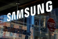 En la imagen, el logo de Samsung en una tienda de Manhattan, en Nueva York, EEUU, el 10 de octubre de 2016.  El ministro de Energía de Rusia, Alexander Novak, dijo el viernes que era prematuro decir si un acuerdo global de reducción de la producción petrolera debería extenderse al segundo semestre del año. REUTERS/Andrew Kelly/File Photo