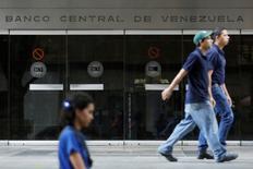 Gente camina frente a la entrada del Banco Central de Venezuela en  Caracas. 14 de febrero de 2017. El Banco Central de Venezuela (BCV) habría acordado esta semana realizar una operación de pacto de retrocompra, o repo, con el fondo de inversión Fintech Advisory, por al menos 300 millones de dólares, dijeron a Reuters el viernes dos operadores y una fuente vinculada al Gobierno. REUTERS/Marco Bello