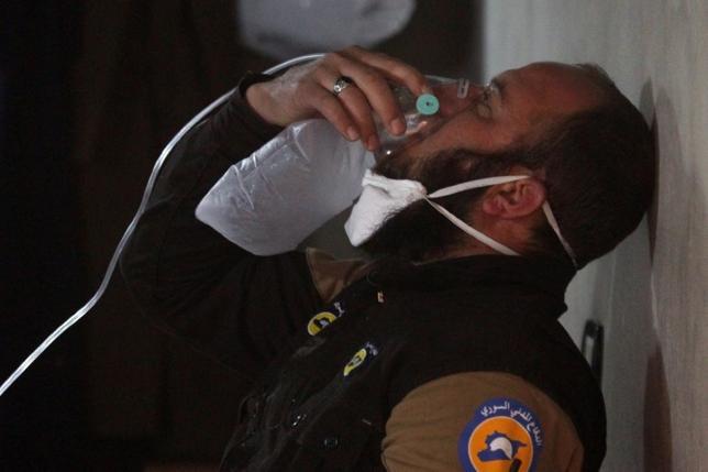 4月5日、少なくとも70人が犠牲になったとされるシリアのハンシャイフン近郊で起きた化学兵器とみられる空爆は、数十万人が亡くなったシリア内戦において、その死者数だけを取り上げれば到底重大だとは言えないだろう。だが、化学兵器となると話は別だ。写真は4日、シリアのハンシャイフン近郊で化学兵器とみられる空爆が起きた後、酸素マスクで手当てを受ける民間防衛隊メンバー(2017年 ロイター/Ammar Abdullah)