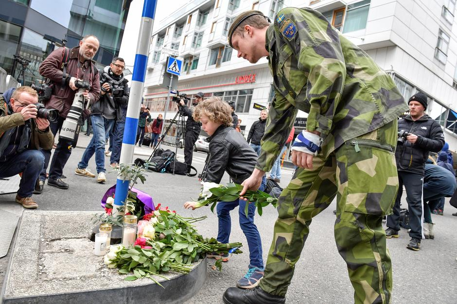 STOCKHOLM 2017-04-08 People laying flowers near the crime scene in central  Stockholm the morning after a hijacked beer truck plowed into pedestrians  on ... 56d684a59a3ab