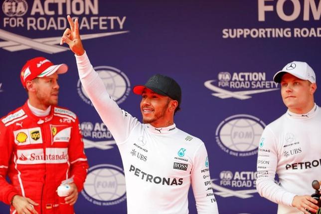 4月8日、自動車レースF1の今季第2戦、中国GP公式予選、メルセデスのルイス・ハミルトン(中央)が通算63回目、同GP最多6回目のポールポジションを獲得した(2017年 ロイター/Aly Song)