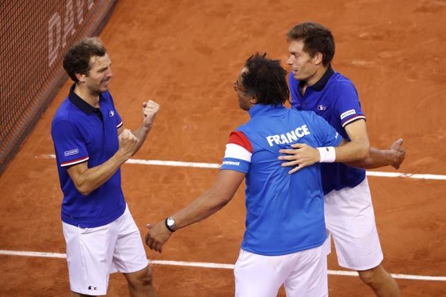 4月8日、男子テニスの国別対抗戦、デビス杯ワールドグループ準々決勝、フランスとセルビアが準決勝進出を決めた。写真は勝利を喜ぶフランスチーム(2017年 ロイター)