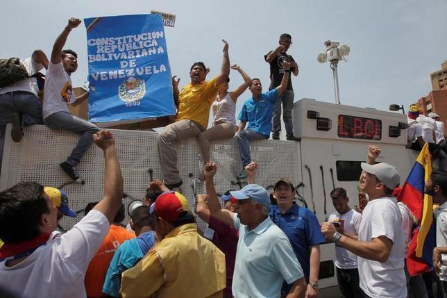 4月8日、ベネズエラで大規模な反政府デモが行われ、デモ隊と治安部隊が衝突した。(2017年 ロイター/Isaac Urrutia)