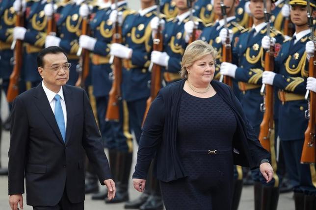 4月7日、中国とノルウェーは、自由貿易協定(FTA)交渉の再開で合意し、ノルウェーのソルベルグ首相(写真右)の訪中に合わせて覚書を交わした。(2017年 ロイター/Jason Lee)