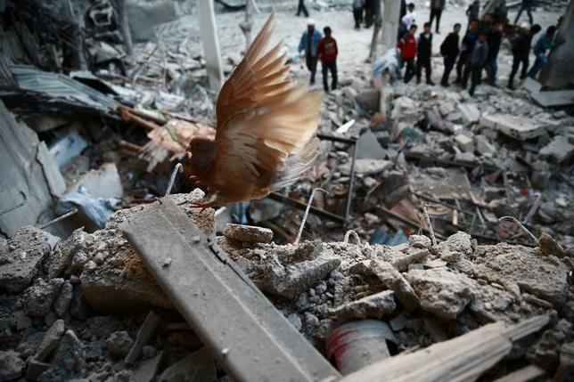 4月9日、ロシアとイランおよびシリアのアサド大統領を支持する武装組織で成る連合軍は、米国のシリア空軍基地への攻撃は「レッドライン(越えてはならない一線)」を越えたとし、今後いかなる侵略にも立ち向かうとする声明を発表した。ダマスカス郊外で7日撮影(2017年 ロイター/Bassam Khabieh)