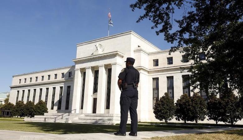 资料图片:2015年9月,美国华盛顿,一名警官在美联储总部外执勤。REUTERS/Kevin Lamarque