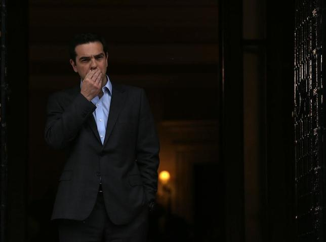 4月9日、ギリシャのチプラス首相は、一段の債務負担軽減を条件に、債権団と合意した追加的な緊縮財政策に取り組む意向を明らかにした。写真はフランク・ウォルター独外相との会談前のチプラス・ギリシャ首相(2017年 ロイター/Alkis Konstantinidis)