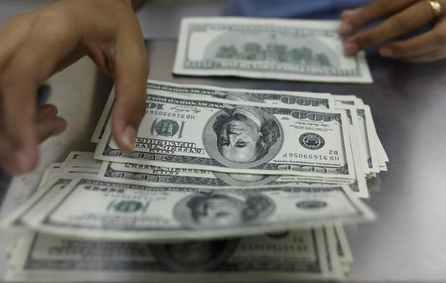 3月10日、午後3時のドル/円は、前週末ニューヨーク市場午後5時時点と比べ、ドル高/円安の111.44/46円だった。写真はヤンゴンで2013年5月撮影(2017年 ロイター/Soe Zeya Tun)