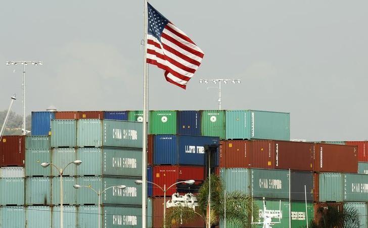 资料图片:2010年10月,美国洛杉矶港口码头堆放的来自中国的集装箱。REUTERS/Lucy Nicholson