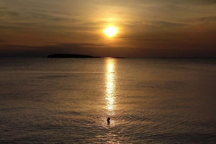 2016年10月22日,希腊雅典,夕阳下的海滩。REUTERS/Yannis Behrakis