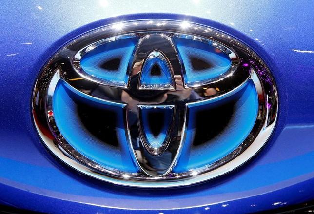 4月10日、トヨタ自動車は、米国で今後5年間で100億ドルを投資する計画の一環として、ケンタッキー工場での13億3000万ドルの投資を発表した。写真はトヨタのロゴ、ジュネーブで3月撮影(2017年 ロイター/Arnd Wiegmann)