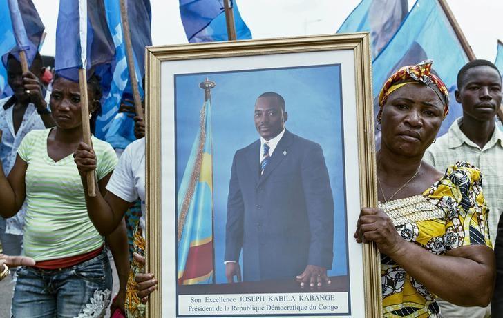 Civilians gather as they listen to the Democratic Republic of Congo's President Joseph Kabila addressing the nation outside Palais du Peuple in the capital Kinshasa, April 5, 2017. REUTERS/Robert Carrubba