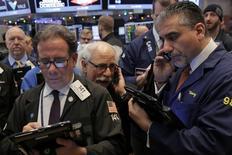 Operadores trabajando en la bolsa de Wall Street en Nueva York, dic 14, 2016. Los grandes prestamistas de Estados Unidos reportarían otra ronda de resultados trimestrales poco interesantes esta semana, lo que según analistas podría amortiguar el repunte registrado por el sector bancario tras la victoria electoral de Donald Trump en noviembre ante las expectativas de que el presidente relajará la regulación financiera e impulsará la economía.  REUTERS/Lucas Jackson