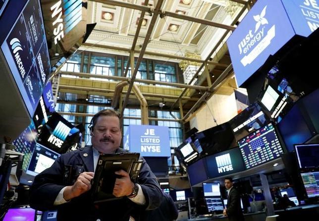 4月10日、米国株式市場は、小幅高。エネルギー株が値上がりし、金融株の下落分を相殺した。3月撮影(2017年 ロイター/Brendan McDermid)
