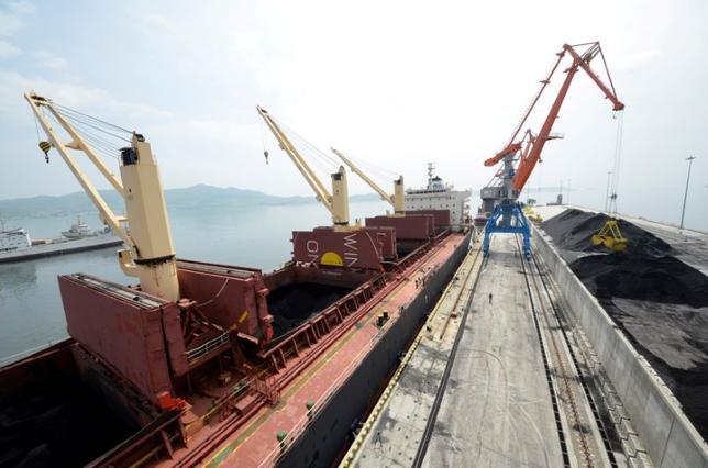 4月10日、中国の税関当局は、北朝鮮からの石炭貨物を返還するよう国内商社に命じた。写真は石炭を積載した貨物船。北朝鮮で2014年7月撮影(2017年 ロイター/Yuri Maltsev)