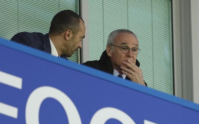 4月10日、サッカーのイングランド・プレミアリーグ、レスターの前監督、クラウディオ・ラニエリ氏(右)は、自身の解任は選手たちが画策したものではないと述べた。ロンドンで5日撮影(2017年 ロイター)