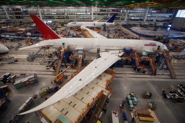 4月10日、米航空機大手ボーイングは、ノルウェーのノシュク・チタニウムが3Dプリンターを使い生産するチタン製部品を、最新旅客機「787ドリームライナー」に採用することを決めた。写真は南カリフォルニアのノース・チャールストンの同社工場で組み立ての最終工程に入っている「787ドリームライナー」機。2013年12月撮影(2017年 ロイター/Randall Hill)