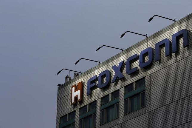 4月10日、台湾のフォックスコンは東芝の半導体事業に対し最大3兆円(269億9000万ドル)で入札を提示する用意がある。ブルームバーグが関係筋の話として報じた。写真は台湾・新台北市にあるフォックスコン本社で、昨年3月撮影(2017年 ロイター/Tyrone Siu)