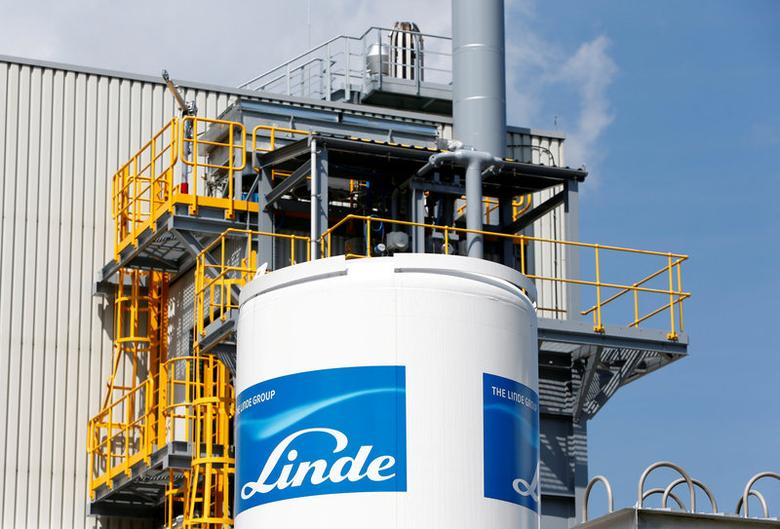 FILE PHOTO: Linde Group logo is seen at company's plant in Munich-Pullach, Germany, August 16, 2016. REUTERS/Michaela Rehle/File Photo